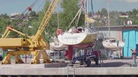 TOLIATTI RYSSLAND CIRACA JULI 2017 Sjömän förbereder yachten för lansering lager videofilmer