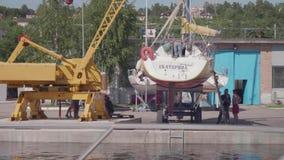 TOLIATTI RYSSLAND CIRACA JULI 2017 Sjömän förbereder yachten för lansering stock video