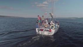 TOLIATTI RYSSLAND Circa Juli 2017 Den vita yachten med folk på den seglar i floden arkivfilmer