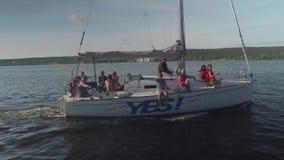 TOLIATTI RYSSLAND Circa Juli 2017 Den vita yachten med folk på den seglar i floden stock video