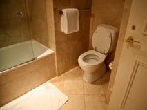 Toliet in badkamers die in marmer wordt gemaakt stock afbeeldingen