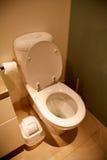 Toliet dans la pièce de salle de bains d'une maison Photo stock