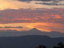 Tolima-icepeak Vulkan-Feuer skyes stockfotos
