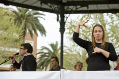 Tolkaren för kvinnan för teckenspråket gör en gest under ett möte Royaltyfri Foto