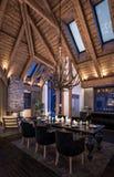 tolkning 3D av aftonvardagsrum av chalet Royaltyfri Fotografi