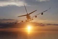 tolkning 3d från en tillbaka sikt av en stor trafikflygplan i en solnedgång över havet Royaltyfria Bilder
