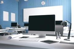 tolkning 3D: illustration av det moderna inre idérika märkes- kontorsskrivbordet med PCdatoren datorlabb Royaltyfri Bild
