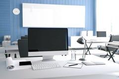 tolkning 3D: illustration av det moderna inre idérika märkes- kontorsskrivbordet med PCdatoren datorlabb Royaltyfri Illustrationer