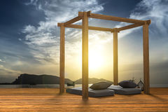tolkning 3D: illustration av modern trästrandvardagsrumgarnering på utomhus- trärumstil för balkong med Sundeck på havssikt Arkivbild