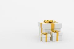 tolkning 3d: illustration av realistiskt format tre av gåvaasken för vit fyrkant med den guld- bandpilbågen i tomt rum isolate Royaltyfri Foto