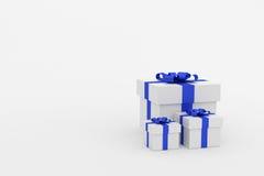 tolkning 3d: illustration av realistiskt format tre av gåvaasken för vit fyrkant med strumpebandsordenpilbågen i tomt rum Isolat  Royaltyfri Fotografi