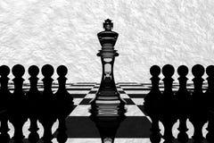 tolkning 3D: illustration av schackstycken det glass konungschacket på mitten med pantsätter schack i baksidan black maten för fö Royaltyfri Fotografi