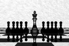 tolkning 3D: illustration av schackstycken det glass konungschacket på mitten med pantsätter schack i baksidan black maten för fö Royaltyfri Foto
