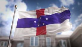 Tolkning för nederländska Antillerna flagga 3D på byggnadsbaksida för blå himmel Royaltyfria Bilder