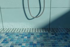 tolkningen 3d av vatten tappar på metallavloppsrännan på duschmagasinet med Royaltyfri Foto