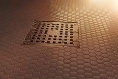 tolkningen 3d av vatten tappar på metallavloppsrännan i aftonsunshen Fotografering för Bildbyråer