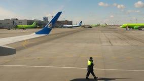 Tolmachevo-Flughafenschutzblech stock footage