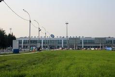 Tolmachevo Novosibirsk pasażerów lotniskowi ludzie iść w lecie obraz royalty free