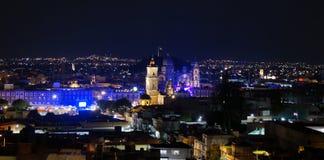 Toluca Mexiko som är i stadens centrum på natten arkivfoton