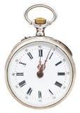 Tolv klockan och minut fem på visartavlan av den retro klockan Arkivbild