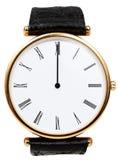 Tolv klockan på den isolerade visartavlan av armbandsuret Arkivfoton
