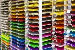 TOLYATTI, ΡΩΣΙΑ, ΣΤΙΣ 9 ΙΟΥΝΊΟΥ 2018: Βράχοι με το φωτεινά ζωηρόχρωμα έγγραφο και το χαρτοκιβώτιο Στοκ φωτογραφίες με δικαίωμα ελεύθερης χρήσης