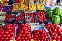 TOLYATTI, РОССИЯ, 18-ОЕ ИЮЛЯ 2018: Счетчик магазина фрукта и овоща улицы с клетями стоковое фото rf