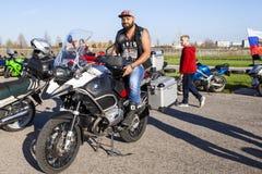 TOLYATTI, RUSLAND, 09 MEI, 2018: toon van fietsers gewijd aan Victory Day stock foto