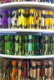 TOLYATTI, RUSSIE, LE 9 JUIN 2018 : Roches avec le mouline coloré dans le magasin Photos stock