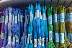 TOLYATTI, RUSSIE, LE 9 JUIN 2018 : Roches avec le mouline coloré dans le magasin Photographie stock libre de droits