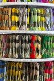 TOLYATTI, RUSSIE, LE 9 JUIN 2018 : Roches avec le mouline coloré dans le magasin Image libre de droits