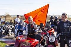 TOLYATTI, RUSSIE, LE 9 MAI 2018 : exposition des cyclistes consacrés à Victory Day photos stock
