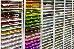 TOLYATTI RYSSLAND, JUNI 09, 2018: Vaggar med den ljusa färgrika papper och lådan Fotografering för Bildbyråer
