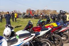 TOLYATTI RYSSLAND, MAJ 09, 2018: show av cyklister som är hängivna till Victory Day royaltyfria bilder