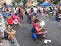 Tomándolo fácil en el festival de la calle imagen de archivo libre de regalías