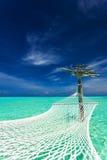 Tom över-vatten hängmatta i den tropiska lagun i Maldiverna Royaltyfri Bild