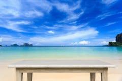 Tom överkant av den naturliga stentabellen och sikt av den tropiska stranden tillbaka Arkivbild