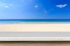 Tom överkant av den naturliga stentabellen och sikt av den tropiska stranden tillbaka Arkivbilder
