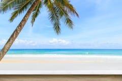 Tom överkant av den naturliga stentabellen och sikt av den tropiska stranden tillbaka Royaltyfri Bild