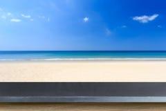 Tom överkant av den naturliga stentabellen och sikt av den tropiska stranden tillbaka Arkivfoto