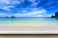 Tom överkant av den naturliga stentabellen och sikt av den tropiska stranden tillbaka Royaltyfri Foto