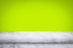 Tom överkant av marmortabellen på grön lutningväggbakgrund royaltyfria bilder