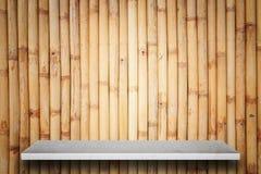 Tom överkant av naturlig stenhyllor och bambuväggbakgrund Fotografering för Bildbyråer