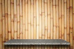 Tom överkant av naturlig stenhyllor och bambuväggbakgrund Arkivbilder