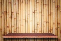 Tom överkant av naturlig stenhyllor och bambuväggbakgrund Arkivfoton