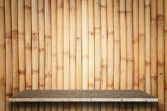 Tom överkant av naturlig stenhyllor och bambuväggbakgrund Royaltyfria Bilder