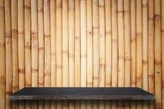 Tom överkant av naturlig stenhyllor och bambuväggbakgrund Royaltyfri Bild