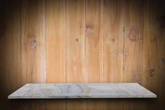 Tom överkant av naturliga stenhyllor och wood väggbakgrund Fotografering för Bildbyråer
