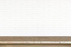 Tom överkant av stentabellen på vit bakgrund för tegelstenvägg Royaltyfri Foto