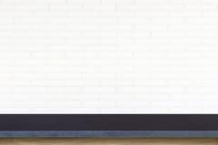 Tom överkant av stentabellen på vit bakgrund för tegelstenvägg Arkivbild